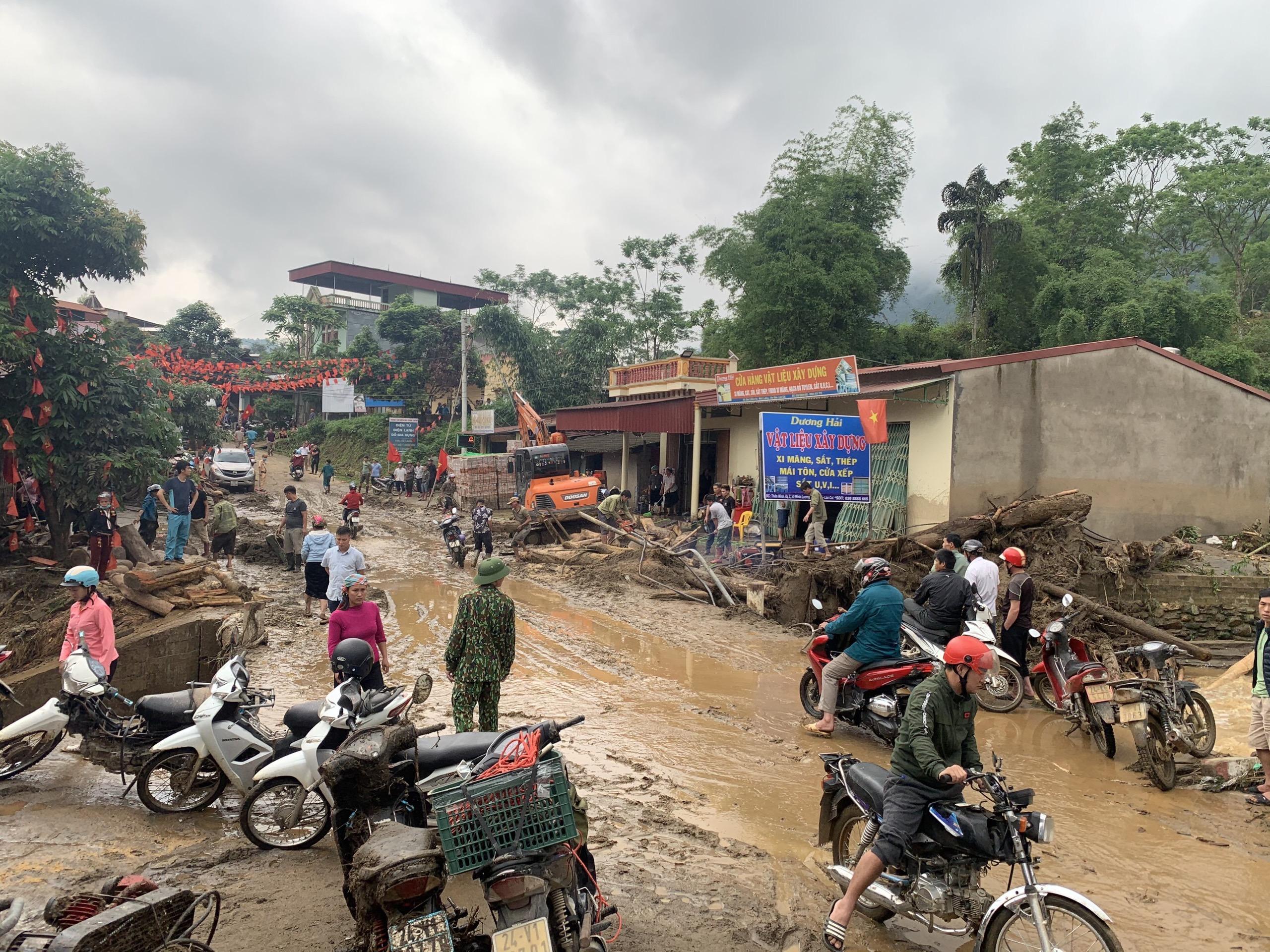 Các lực lượng chức năng và người dân đang khẩn trương khắc phục thiệt hại do mưa lũ gây ra