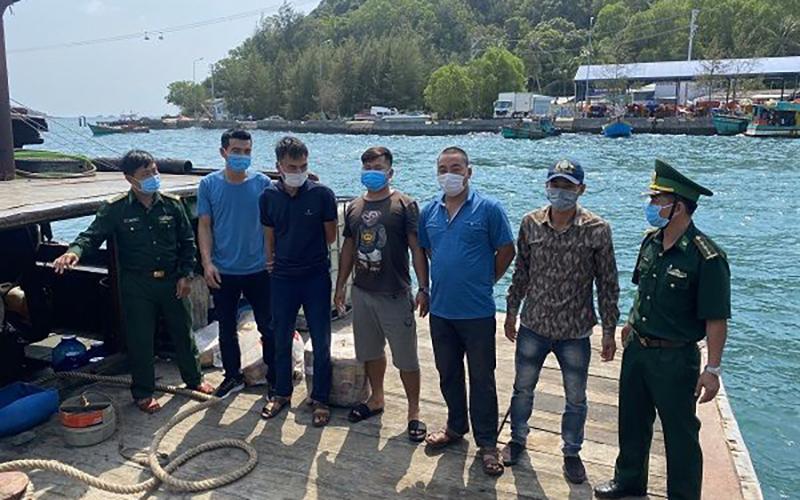 Các đối tượng xuất cảnh trái phép bị lực lượng Đồn Biên phòng Cửa khẩu Cảng An Thới - Phú Quốc phát hiện ngày 14-3-2021. (Ảnh: AN DI)