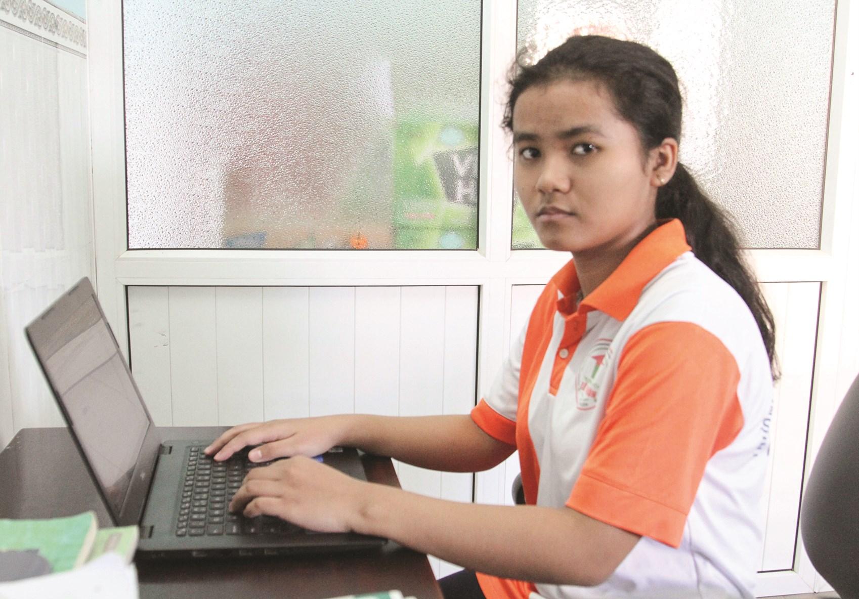 Em Trương Thanh Minh dân tộc Chăm, học sinh xuất sắc tiêu biểu của Trường THPT Chuyên Lê Quý Đôn (Ninh Thuận)
