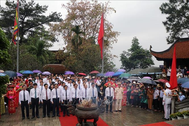 Thay mặt đồng bào cả nước, lãnh đạo tỉnh Phú Thọ và đại diện các cấp chính quyền, đoàn thể đã thành kính dâng hương tưởng nhớ Tổ Mẫu Âu Cơ. Ảnh: Trung Kiên/TTXVN