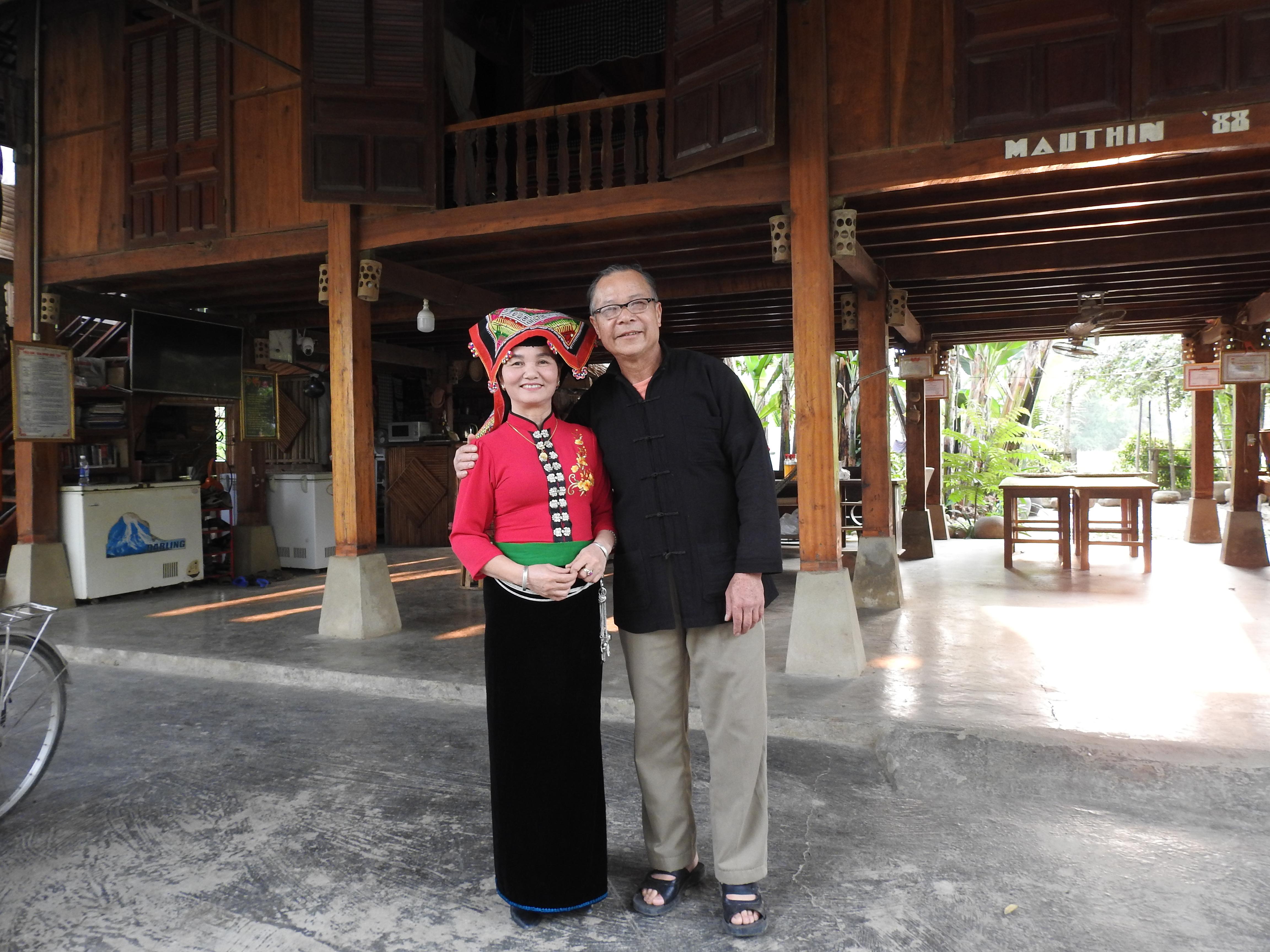 Ông Điêu Văn Khang cùng vợ trong căn nhà dịch vụ Homstay của gia đình