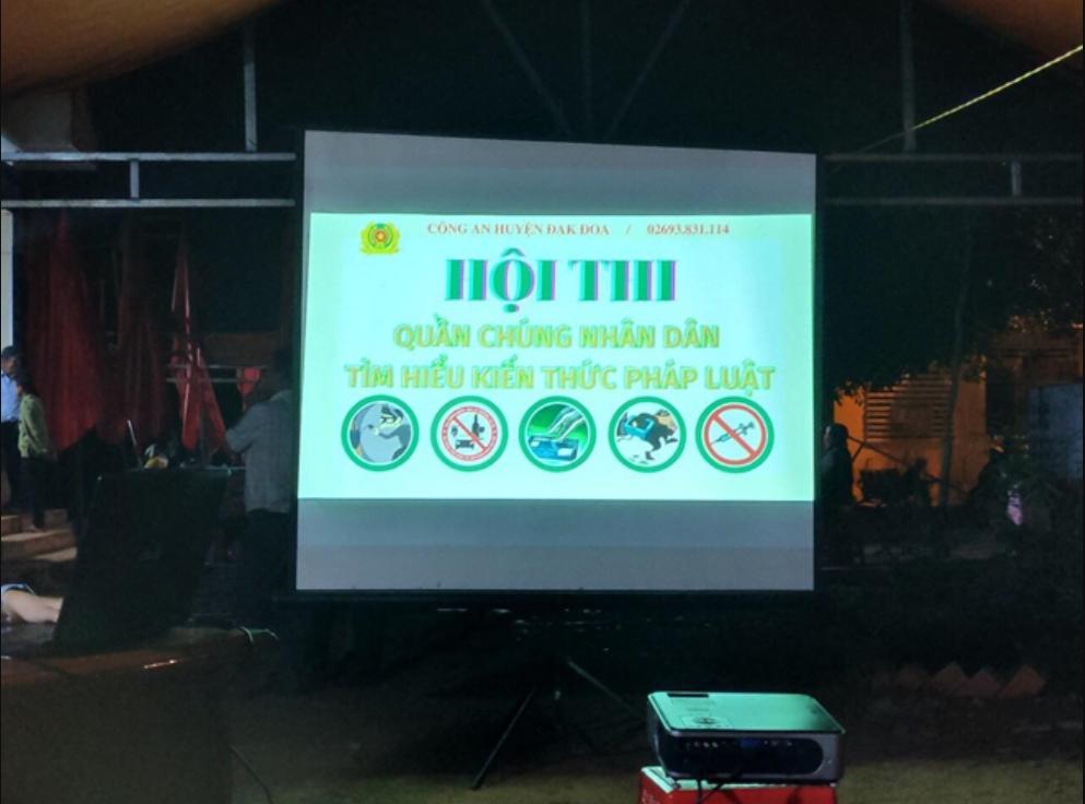 """Công an huyện Đak Đoa tổ chức """"Hội thi quần chúng nhân dân tìm hiểu kiến thức pháp luật"""" tại điểm thu nhận hồ sơ cấp CCCD ở UBND xã Kon Gang"""