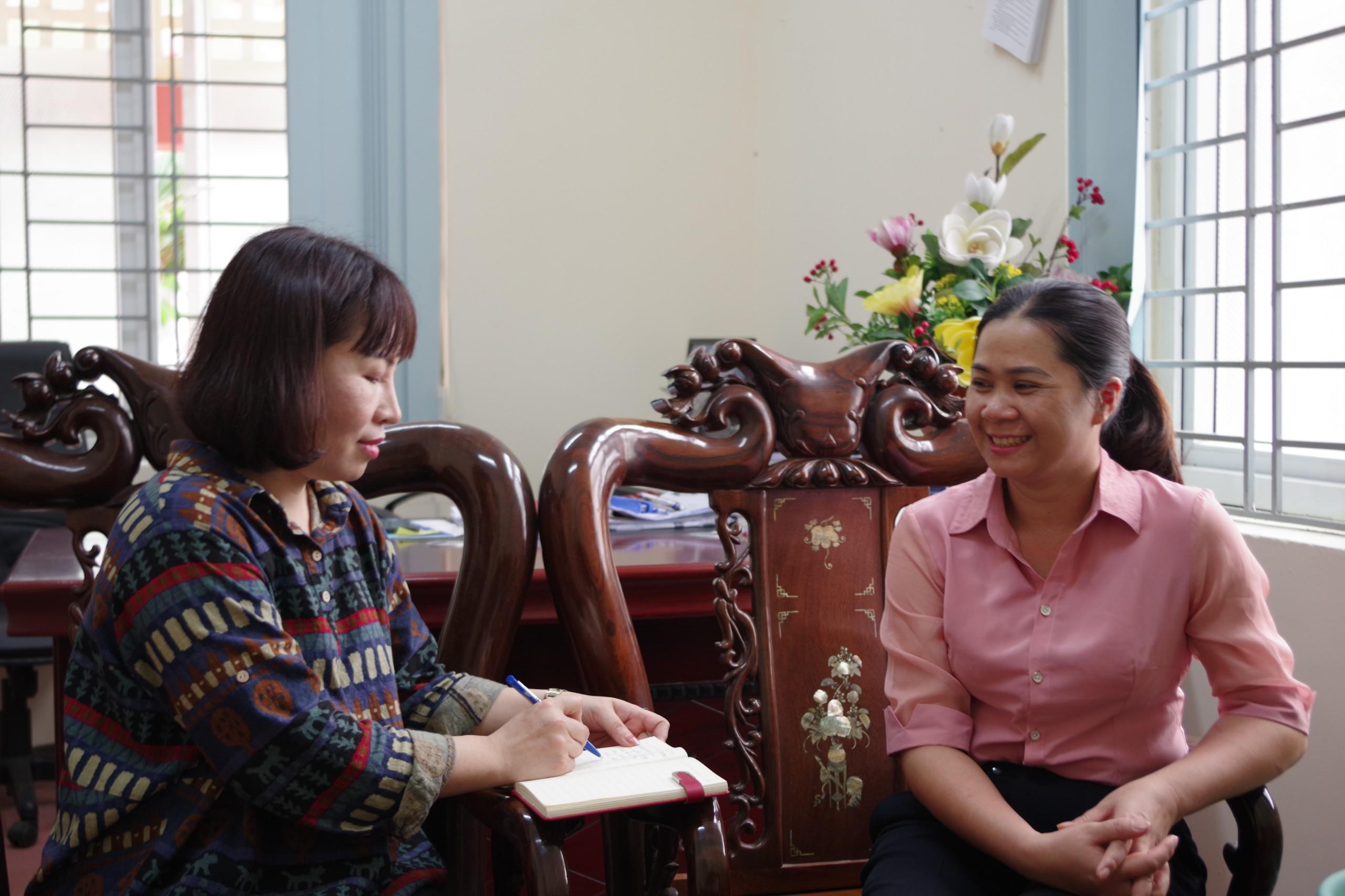 Bà Cầm Thị Phượng, Chủ tịch Uỷ ban MTTQ huyện Thường Xuân (bên phải) chia sẻ với phóng viên về vai trò của Người có uy tín trong công tác tuyên truyền và tiến độ chuẩn bị bầu cử của địa phương