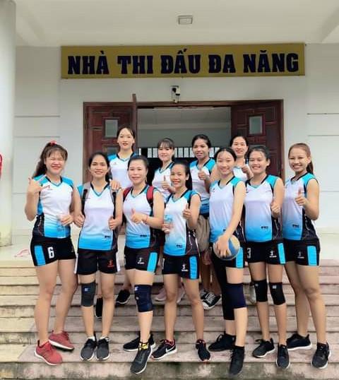 Pinăng Thị Huệ (đứng thứ tư từ trái sang phải- hàng thứ nhất) tích cực tham gia các phong trào thể dục thể thao của Trường Cao đẳng Sư phạm Trung ương - Nha Trang.