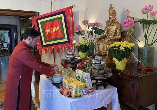 Trong buổi lễ Giỗ Tổ Hùng Vương, Đại sứ Phạm Cao Phong dâng hương tưởng nhớ vua Hùng tại Nhà Việt Nam ở Canada. (Nguồn: TTXVN)