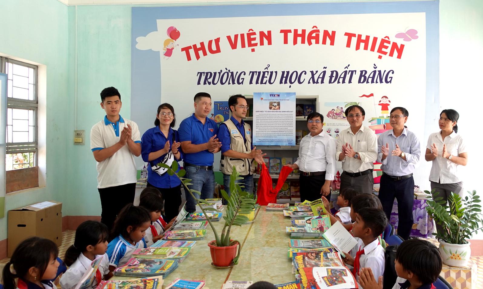 """Đoàn cơ sở Cơ quan TTXVN tặng """"Tủ sách Đinh Hữu Dư"""" cho Trường Tiểu học xã Đất Bằng"""