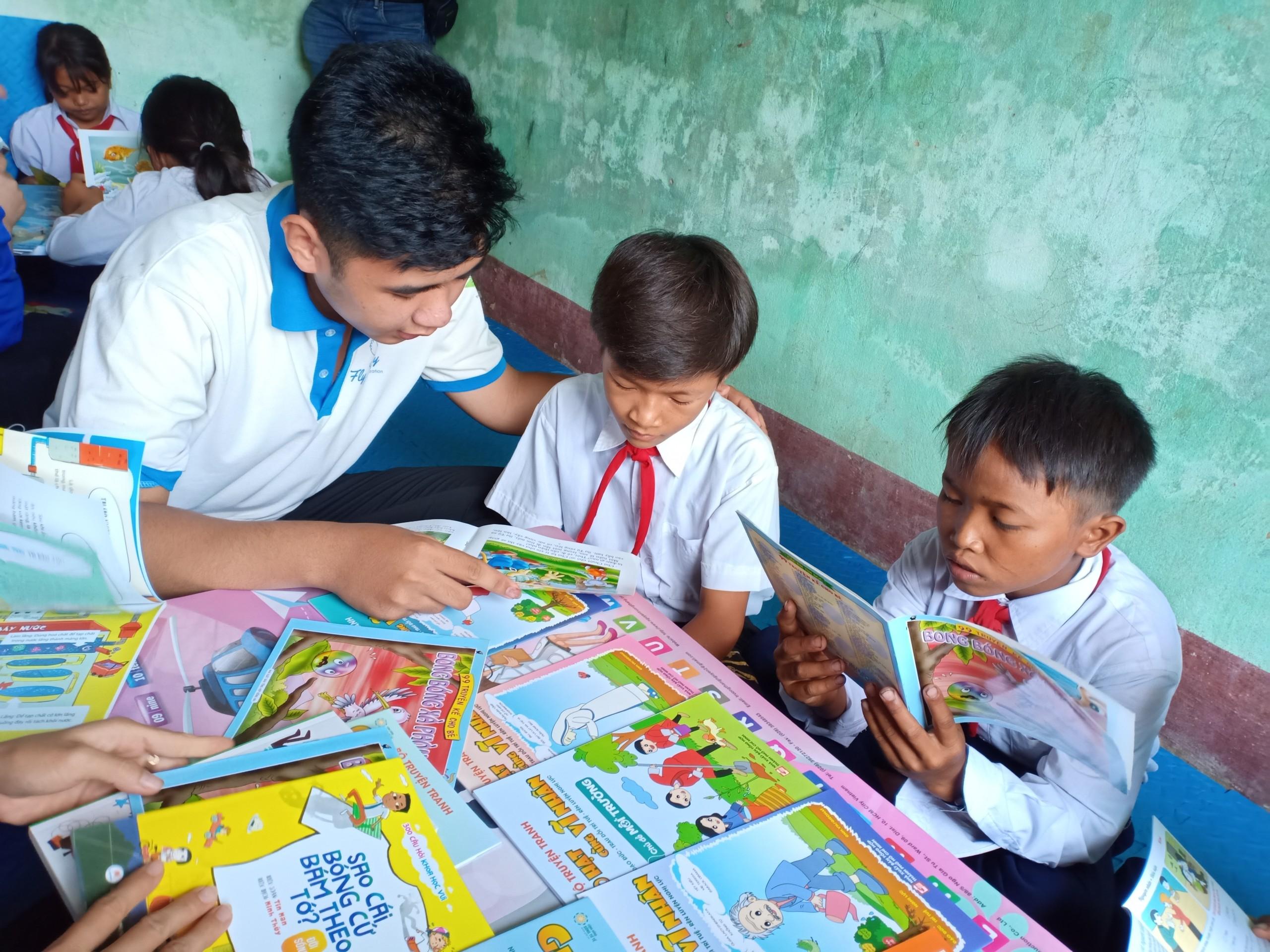 """""""Tủ sách Đinh Hữu Dư"""" đã mang đến hàng ngàn cuốn sách cho trẻ em vùng khó khăn, vùng đồng bào DTTS"""