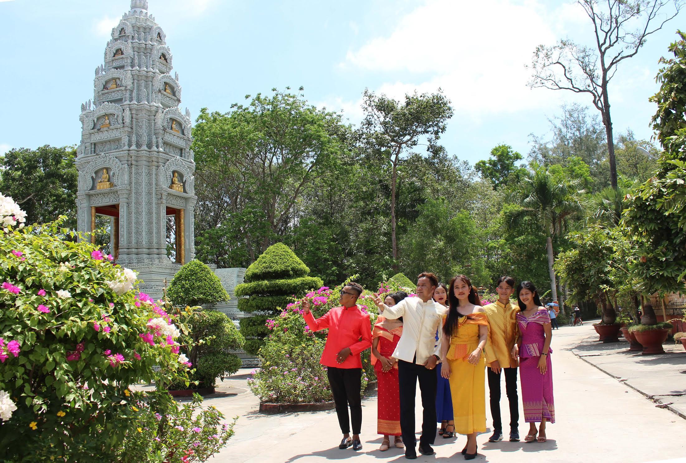 Các bạn trẻ cùng tập múa tại sân chùa Som Rong