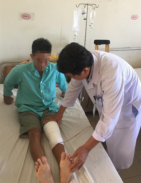 Bệnh nhân Nguyễn Nhất T bị hoại tử chân vì đắp lá - được điều trị ở BVĐK Khánh Hòa