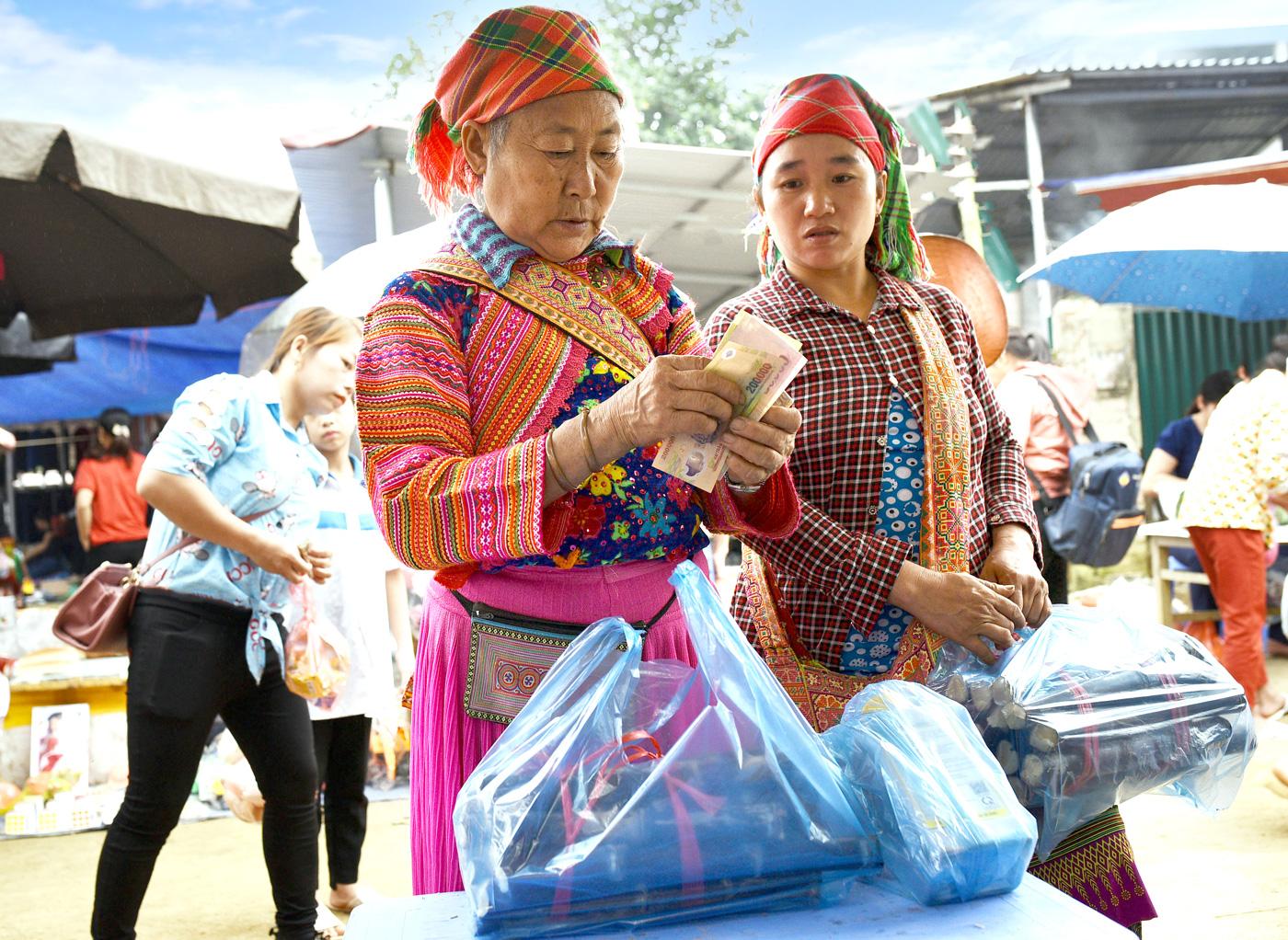 Xuống chợ mua mía về ăn là sở thích của dân tộc Mông