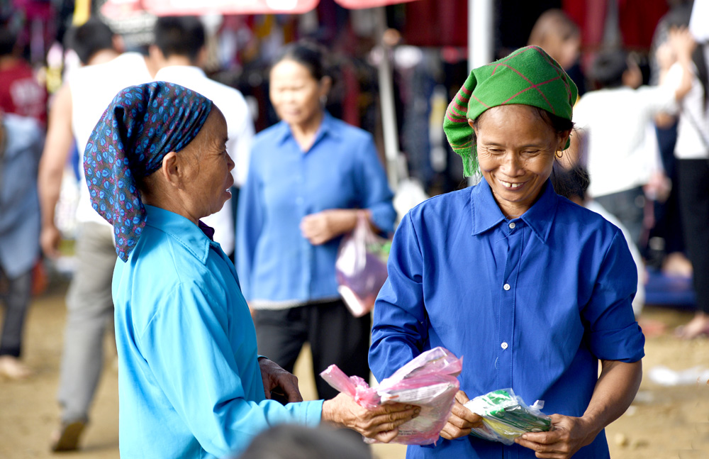 Xuống chợ đối với người dân để mua bán, giao lưu tình cảm, hai người phụ nữ trên rất ưng ý về số hạt giống rau mua được