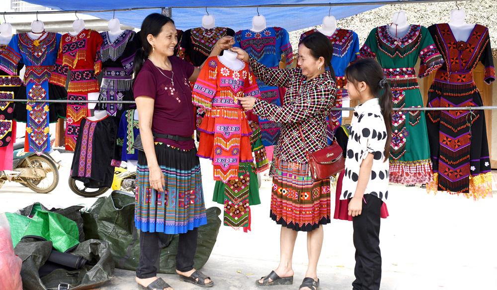 Gian hàng bán quần áo dân tộc Mông luôn đông khách tới xem, mua hàng