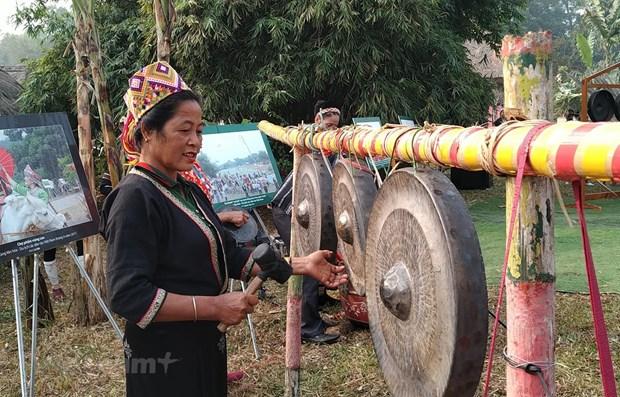 Bà Lữ Thị Loan bên dàn chiêng mừng năm mới. (Ảnh: Minh Thu/Vietnam+)