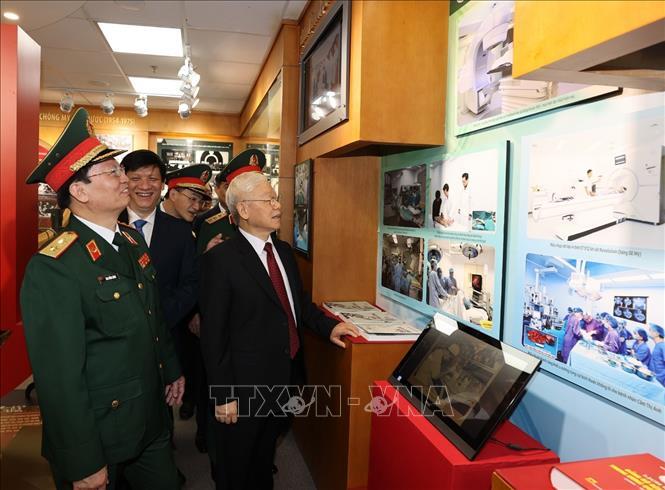 Tổng Bí thư Nguyễn Phú Trọng, Bí thư Quân ủy Trung ương thăm Phòng truyền thống của Bệnh viện Trung ương Quân đội 108. Ảnh: Trí Dũng/TTXVN