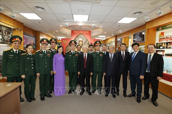 Tổng Bí thư Nguyễn Phú Trọng, Bí thư Quân ủy Trung ương với các đồng chí đại biểu và lãnh đạo, chỉ huy Bệnh viện Trung ương Quân đội 108. Ảnh: Trí Dũng/TTXVN