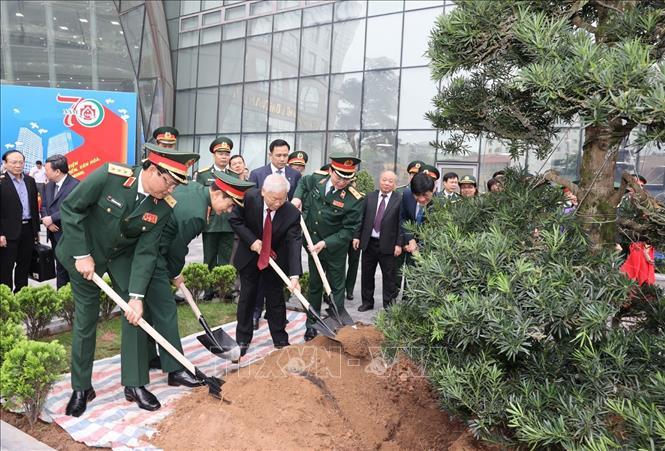 Tổng Bí thư Nguyễn Phú Trọng, Bí thư Quân ủy Trung ương trồng cây lưu niệm. Ảnh: Trí Dũng/TTXVN
