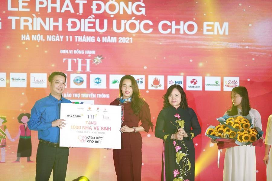 Bà Trần Thị Như Trang, Giám đốc Quỹ Vì Tầm Vóc Việt thay mặt Quỹ, Tập đoàn TH và BAC A BANK trao biển tặng 1.000 nhà vệ sinh cho chương trình Điều ước cho em
