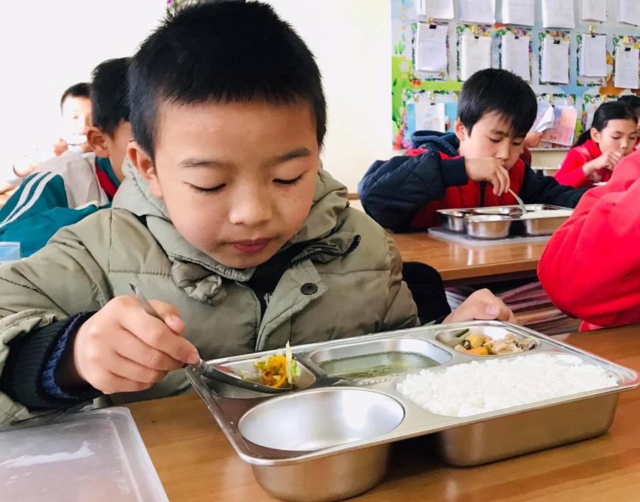 Bữa ăn trưa bán trú tại trường tiểu học Tô Múa (Vân Hồ, Sơn La) theo Mô hình điểm Bữa ăn học đường đang được Bộ Giáo dục và Đào tạo triển khai tại 10 tỉnh thành trên cả nước, với sự đồng hành của Tập đoàn TH