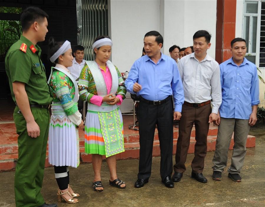 Các đại biểu ứng cử đại biểu HĐND các cấp trò chuyện với cử tri tại xóm Dộc Kít, xã Ngọc Đào, huyện Hà Quảng, tỉnh Cao Bằng.
