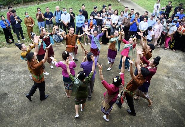 Những chàng trai, cô gái dân tộc Lào biểu diễn các tiết mục múa truyền thống. Ảnh: Diễm Quỳnh