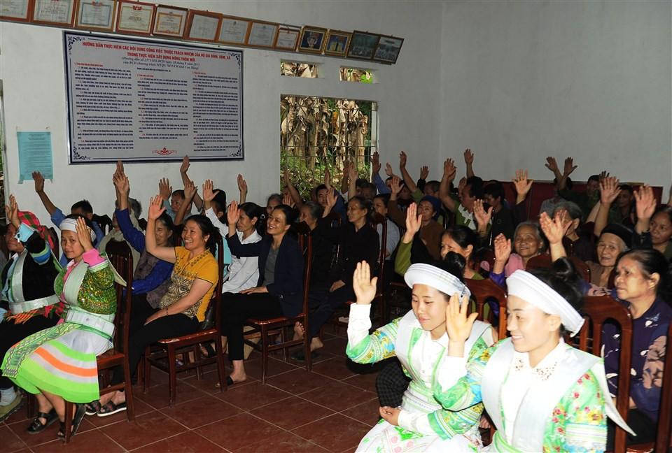 Cử tri xã Ngọc Đào biểu quyết nhất trí giới thiệu các đại biểu ứng cử HĐND nhiệm kỳ 2021 – 2026.