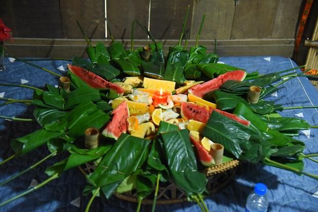 Mâm lễ cúng được chuẩn bị đầy đủ bao gồm đồ ăn, rượu và hoa quả. Ảnh: Diễm Quỳnh