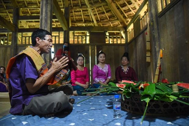 Gia chủ thực hiện lễ cúng các vị tổ tiên ở giữa nhà. Ảnh: Diễm Quỳnh