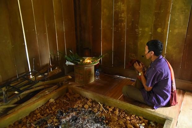 Trong văn hoá dân tộc Lào, mâm cúng cho ông chủ nhà đã khuất được đặt trên chiếc ninh đồng trong góc bếp. Ảnh: Diễm Quỳnh