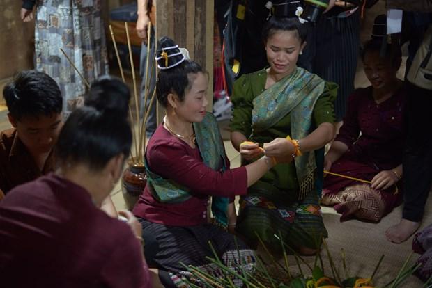 Sau khi phần lễ, mọi người cùng buộc vòng tay may mắn cho nhau, cầu mong một năm mới khỏe mạnh, hạnh phúc. Ảnh: Diễm Quỳnh
