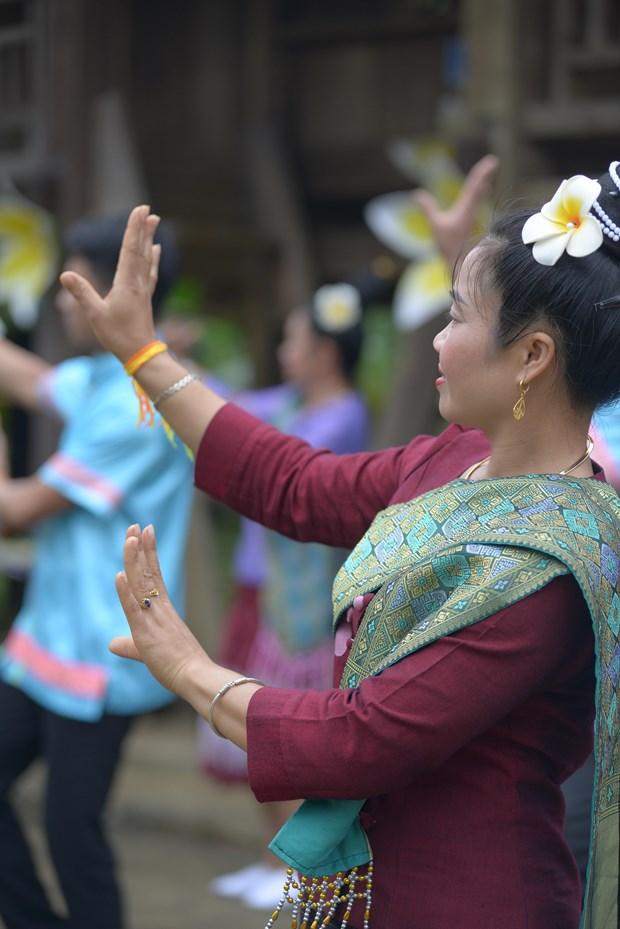 Cô gái dân tộc Lào uyển chuyển trong điệu múa truyền thống. Ảnh: Diễm Quỳnh