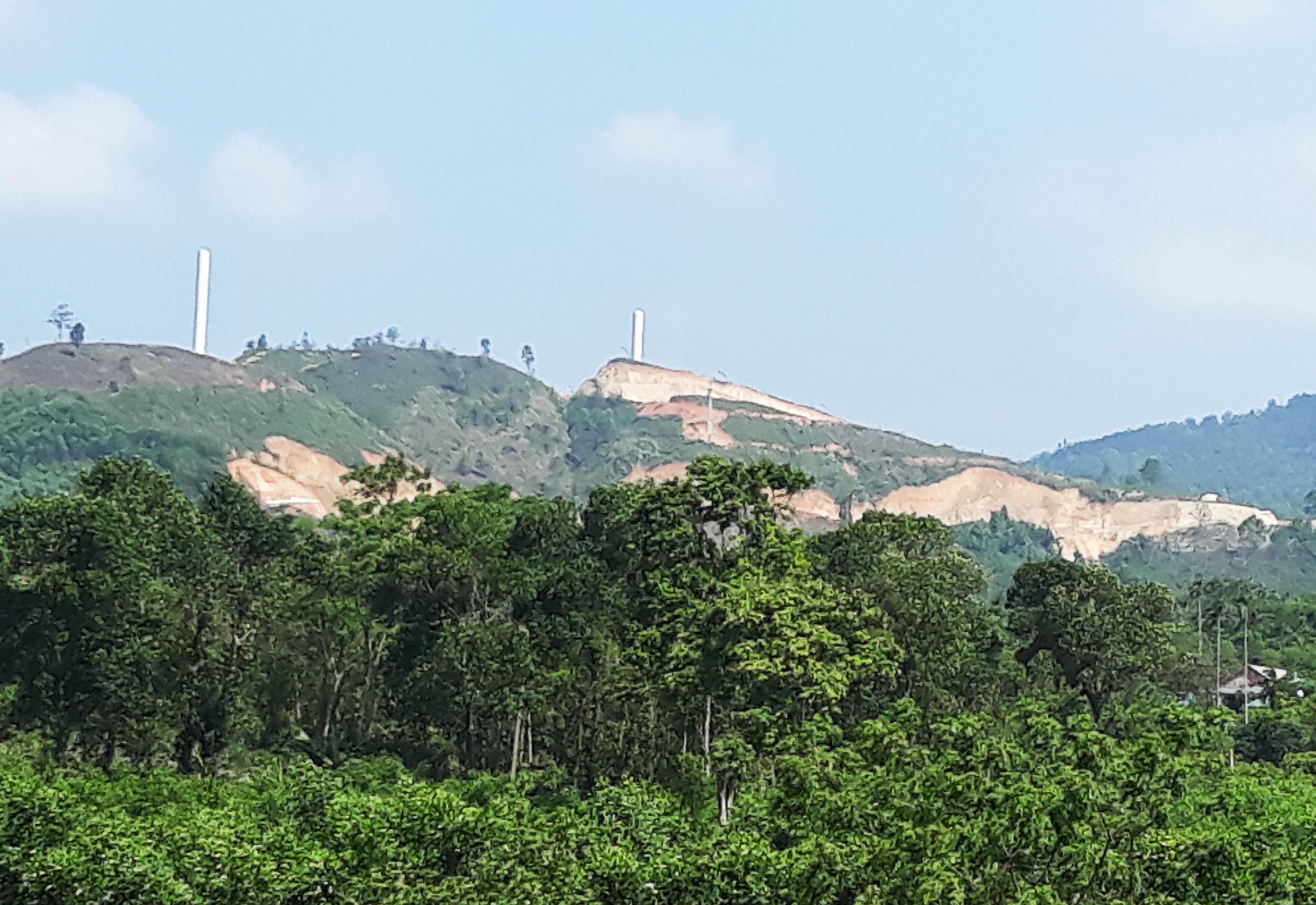 Để có một nhà máy điện gió mọc lên là rất nhiều diện tích rừng bị cạo trọc
