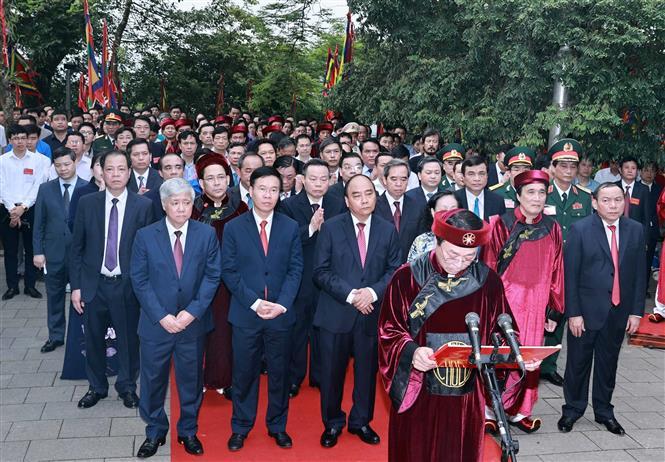Chủ tịch nước Nguyễn Xuân Phúc dâng hương tưởng niệm các Vua Hùng 1