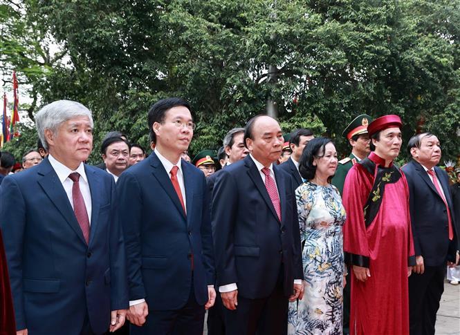 Chủ tịch nước Nguyễn Xuân Phúc dâng hương tưởng niệm các Vua Hùng 2