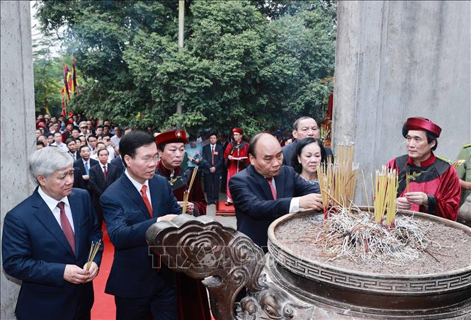 Chủ tịch nước Nguyễn Xuân Phúc và các đồng chí lãnh đạo đảng, Nhà nước dâng hương tại điện Kính Thiên (đền Thượng). Ảnh: Thống Nhất/TTXVN