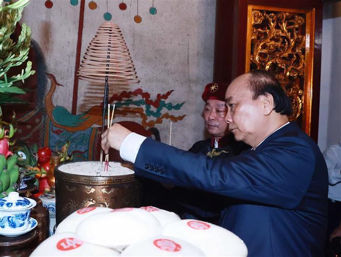 Chủ tịch nước Nguyễn Xuân Phúc dâng hương tưởng niệm các Vua Hùng 4
