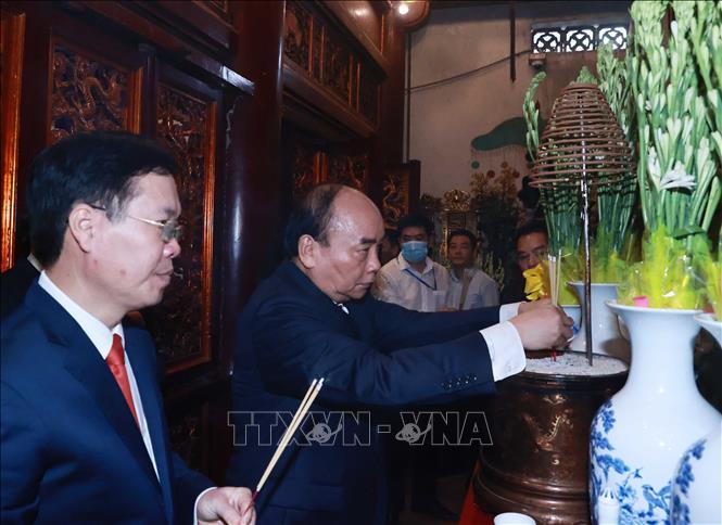 Chủ tịch nước Nguyễn Xuân Phúc và các đồng chí lãnh đạo Đảng, Nhà nước dâng hương tại hậu cung đền Thượng. Ảnh: Thống Nhất/TTXVN