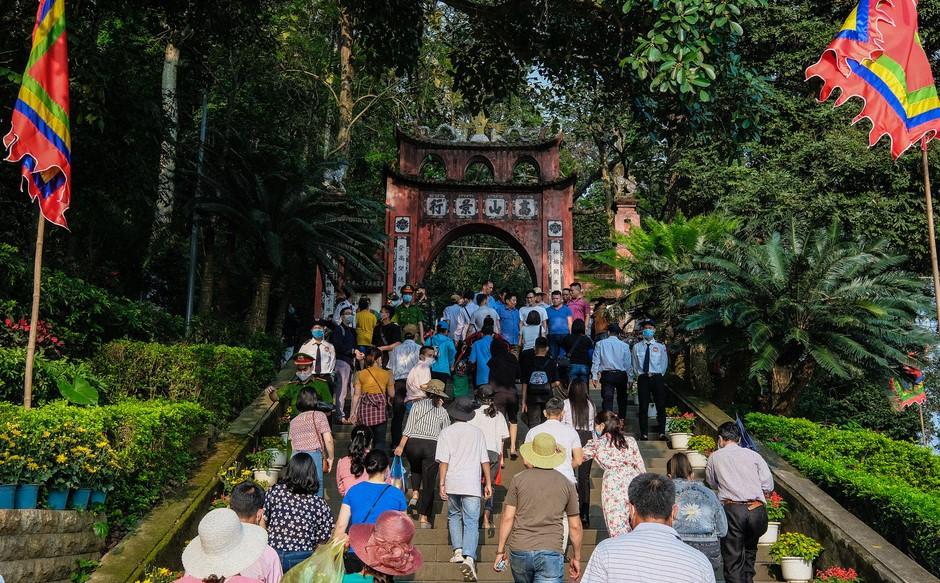Người dân Phú Thọ và du khách thập phương về dâng hương tại Đền Hùng