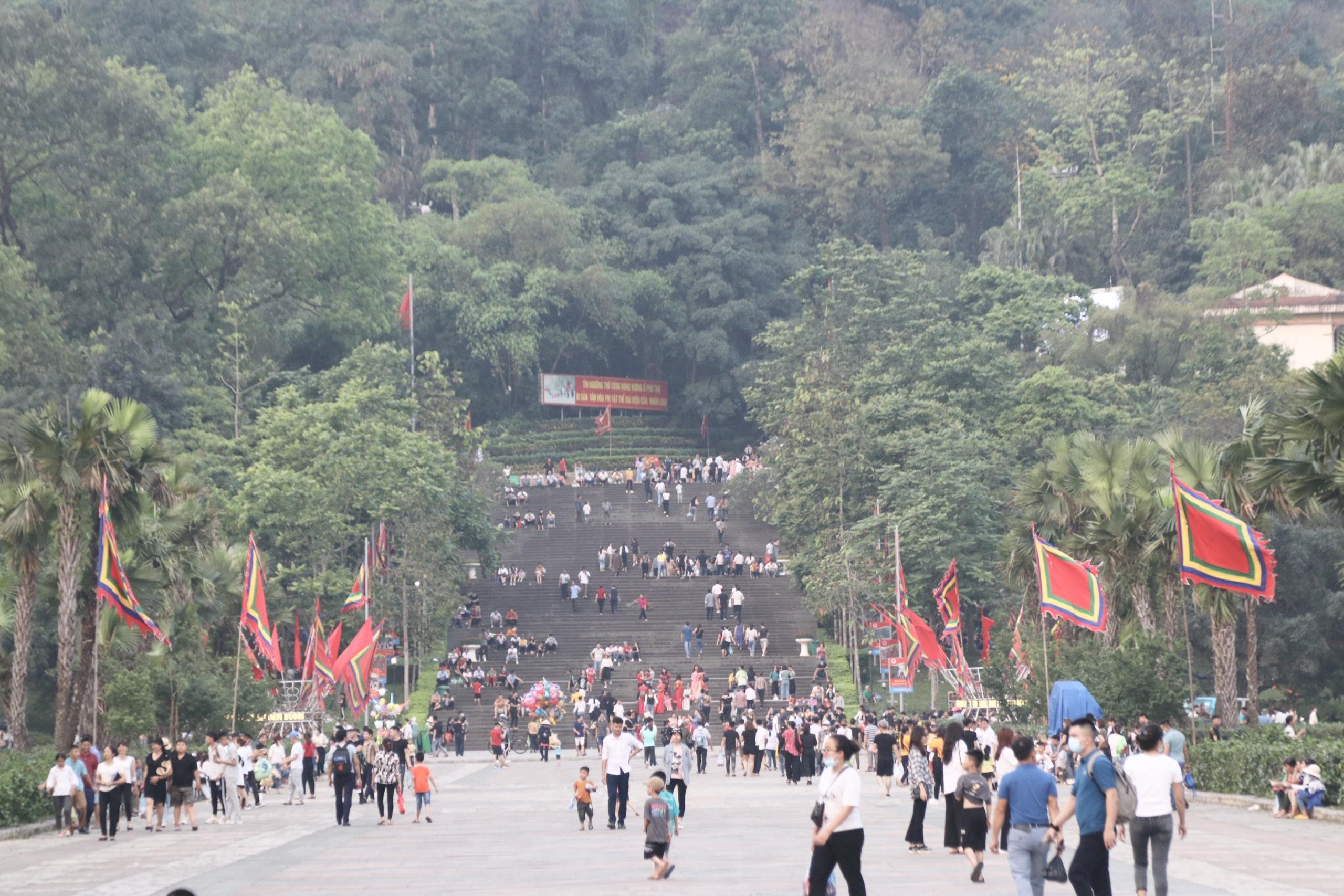 Người dân, du khách đến với Khu Di tích lịch sử Đền Hùng trong ngày Giỗ Tổ.