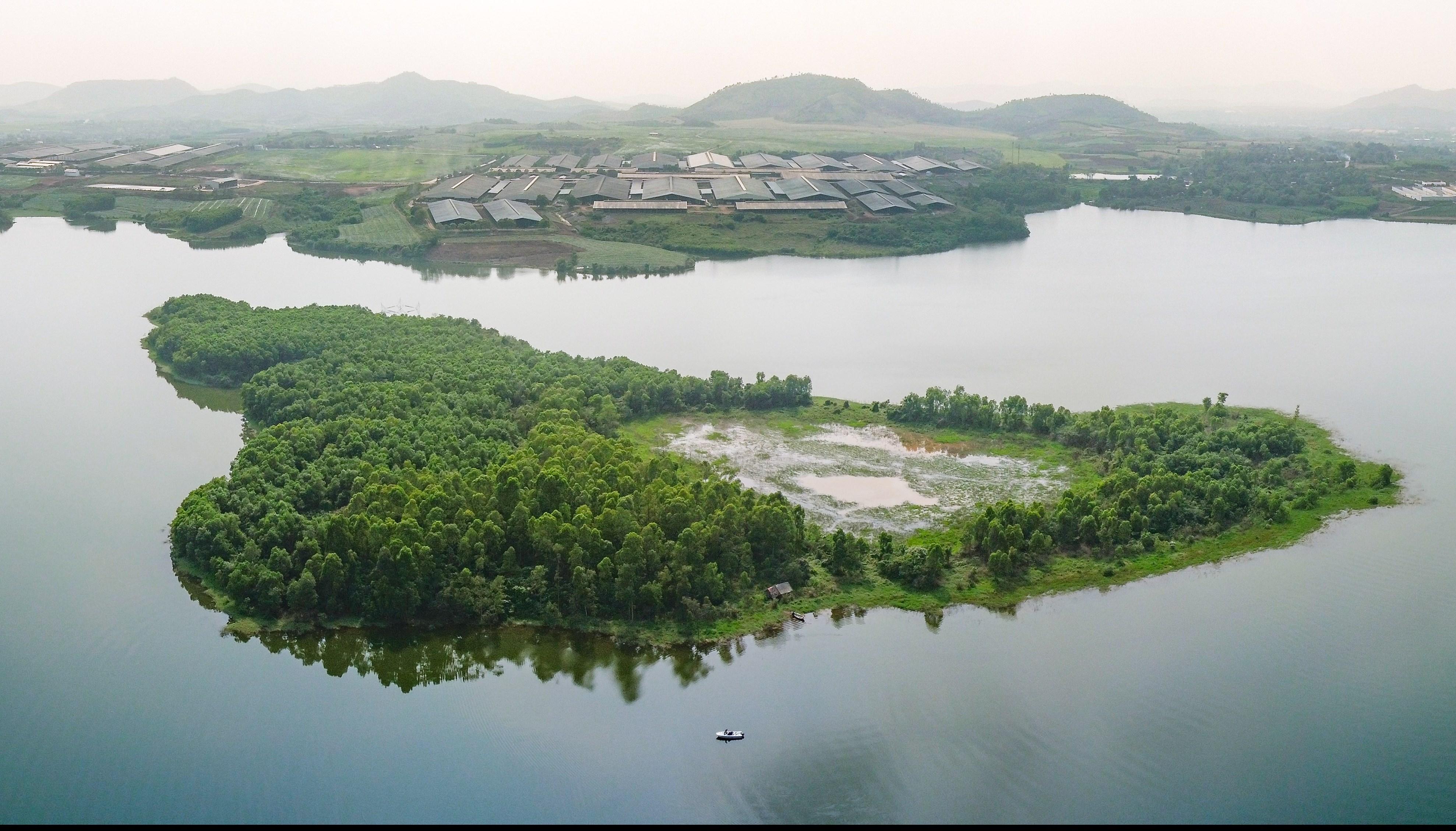 Bao quanh trang trại TH là một không gian xanh với sông nước, cỏ cây… tạo thành một bức tranh thủy mặc, cùng với hệ thống pin điện mặt trời được lắp đặt trên những mái nhà trang trại, TH đang nỗ lực gìn giữ môi trường trong lành