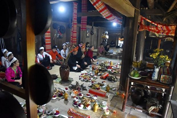 Thầy mo thực hiện các nghi thức cúng trong lễ Mát nhà. Ảnh: Diễm Quỳnh