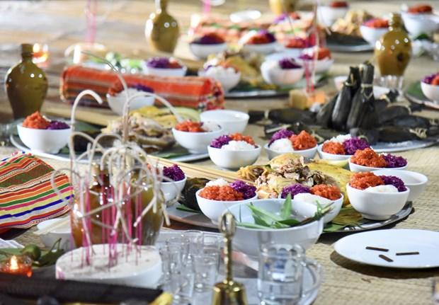 Cỗ cúng được chuẩn bị đầy đủ những món ăn truyền thống của người Mường, đặc biệt là xôi ba màu. Ảnh: Diễm Quỳnh