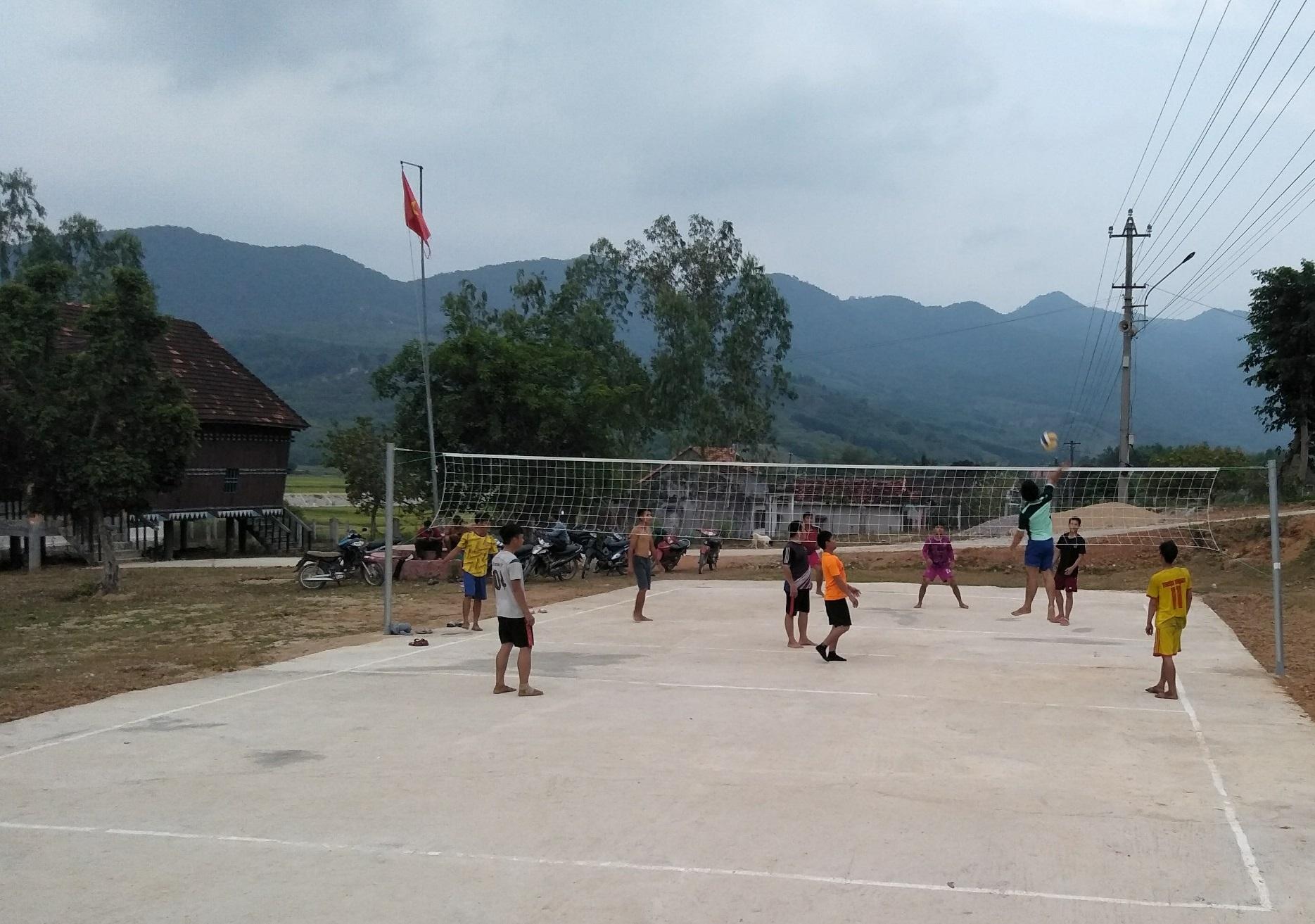 Thanh niên các làng thuộc xã Vĩnh Thuận giao lưu, tập luyện môn bóng chuyền tại nhà văn hoá xã