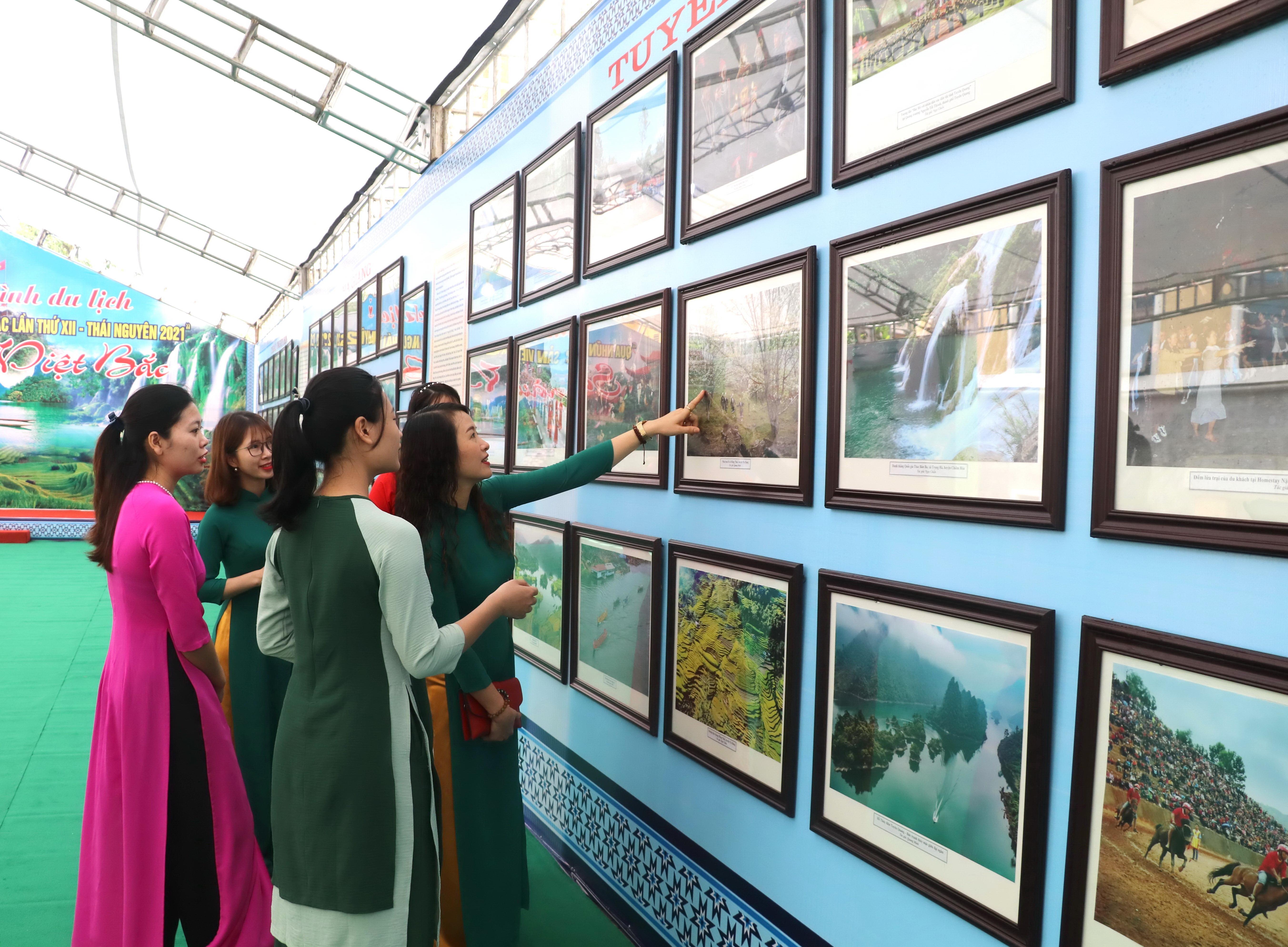 Người dân đến thăm quan không gian triển lãm ảnh, tìm hiểu về các điểm du lịch của các tỉnh