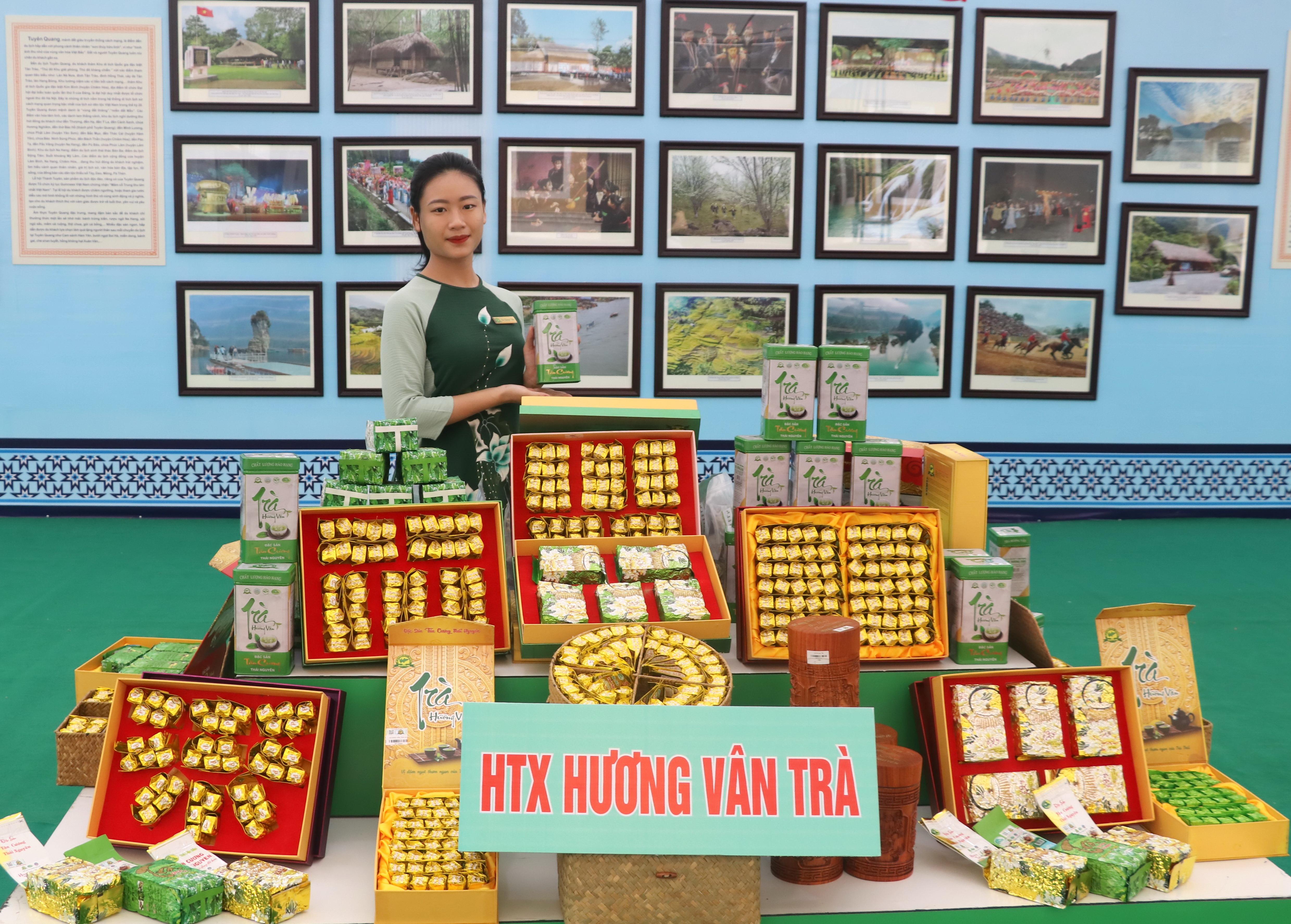 Giới thiệu sản phẩm đặc sản chè của Thái Nguyên tại không gian triển lãm
