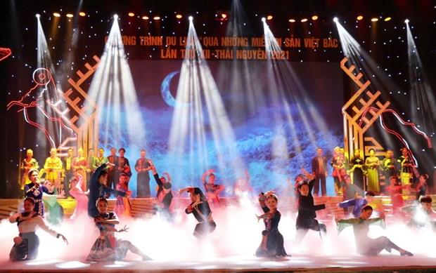 Tiết mục biểu diễn nghệ thuật của Nhà hát ca múa nhạc dân gian Việt Bắc tại Lễ khai mạc chương trình. (Ảnh: Hoàng Nguyên/TTXVN)
