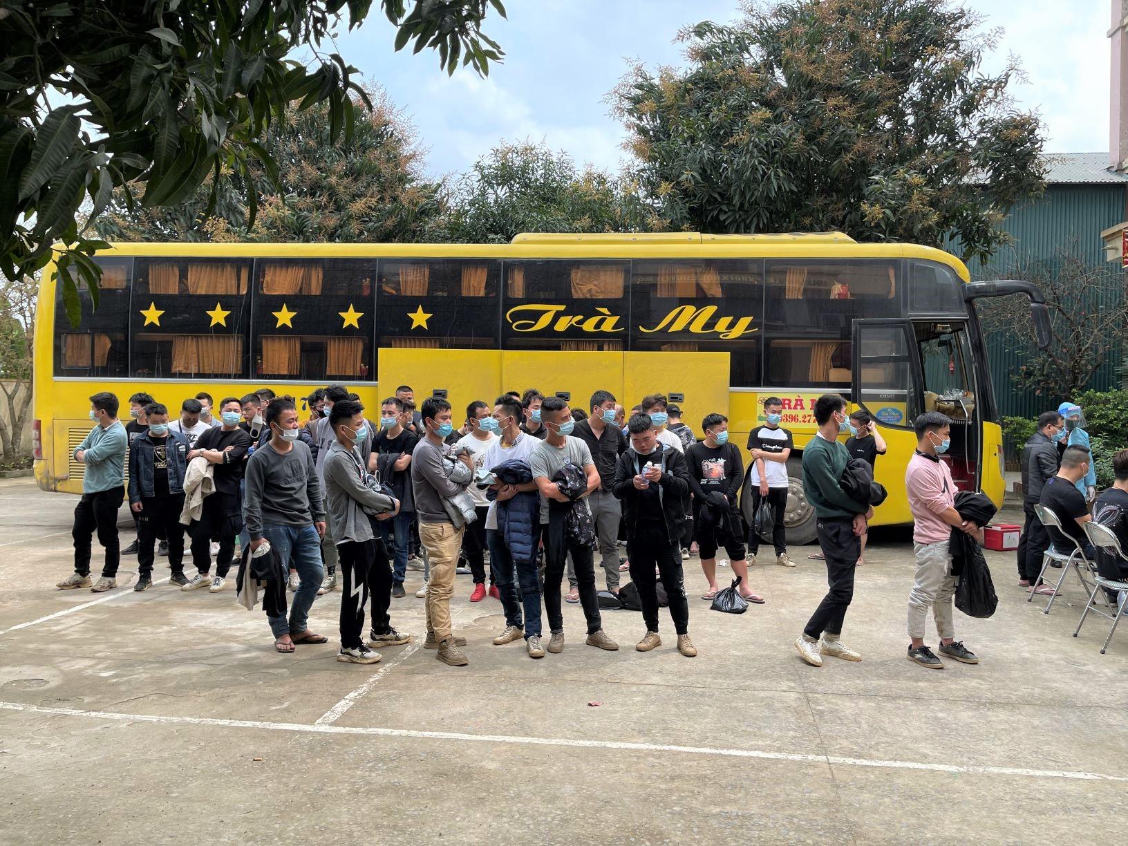 BĐBP Nghệ An cùng lực lượng chức năng phát hiện bắt giữ 1 xe ô tô chở 53 người Trung Quốc nhập cảnh trái phép vào nước ta.
