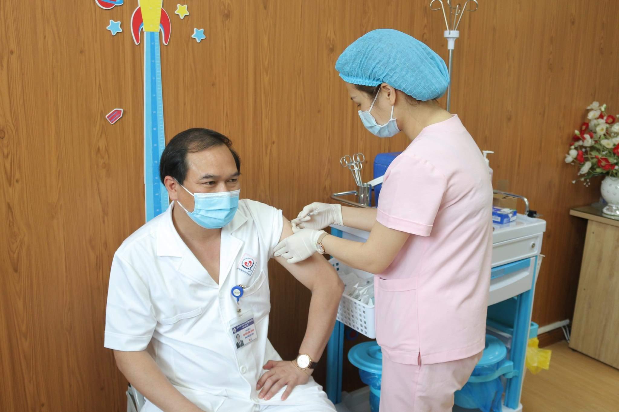 PGS.TS Nguyễn Công Hoàng, Bí thư Đảng ủy, Giám đốc Bệnh viện Trung ương Thái Nguyên - người đầu tiên tiêm vắc xin Covid-19 của tỉnh Thái Nguyên.