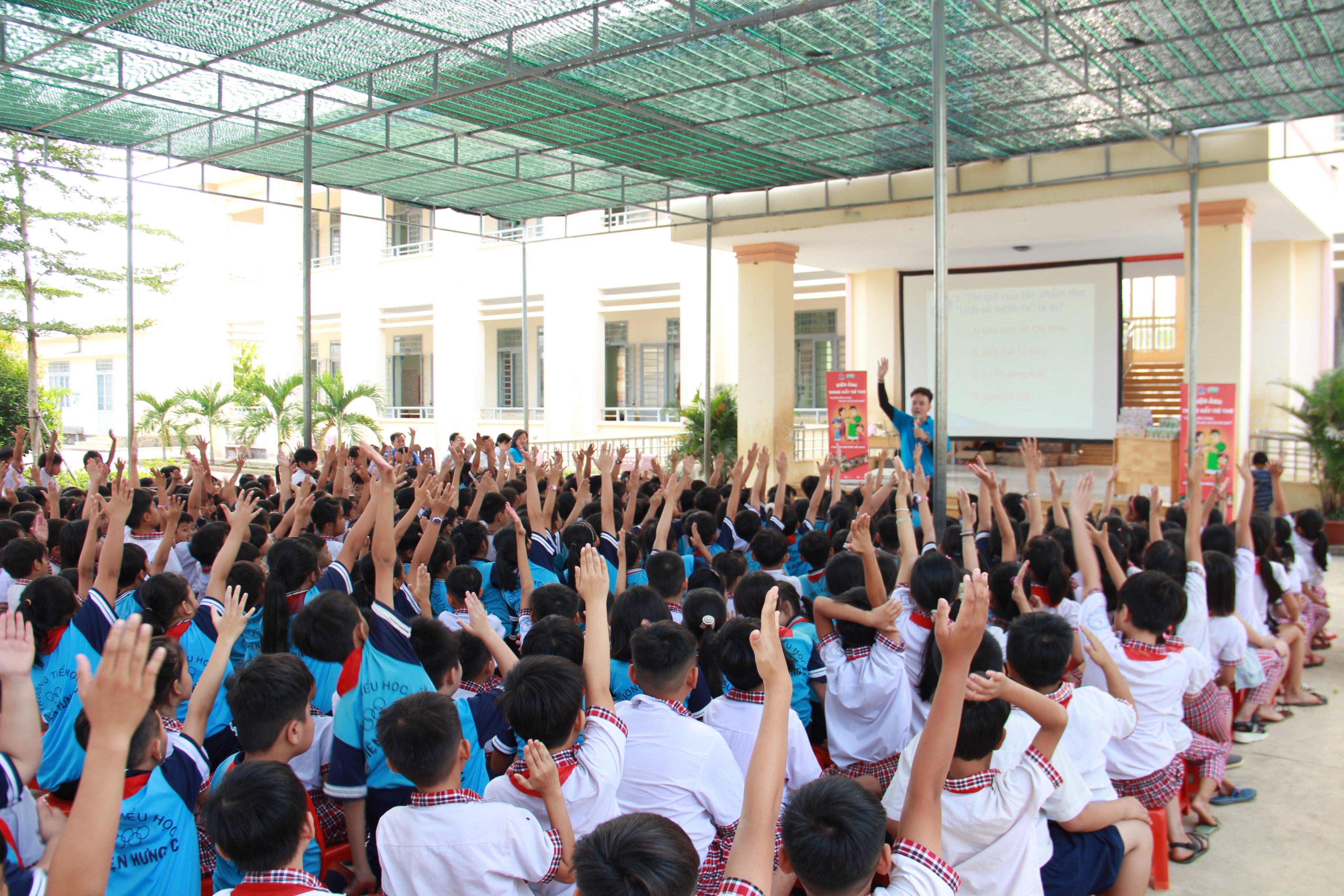 Các em học sinh hào hứng giơ tay, giành quyền trả lời các câu hỏi sau khi xem phim.
