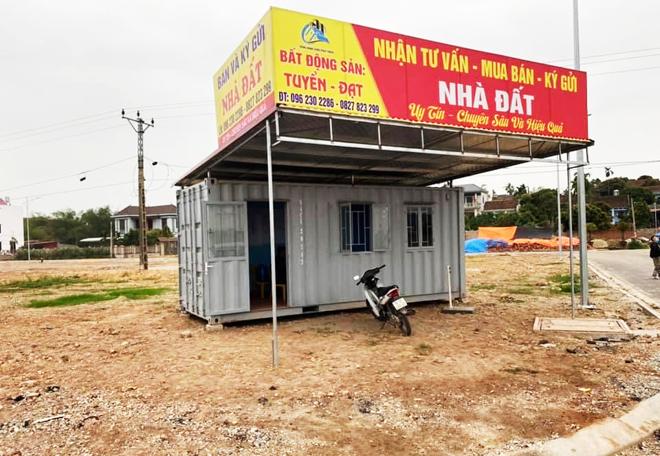 Văn phòng tư vấn, mua bán bất động sản tạm bợ được dựng lên tại một khu dân cư mới.