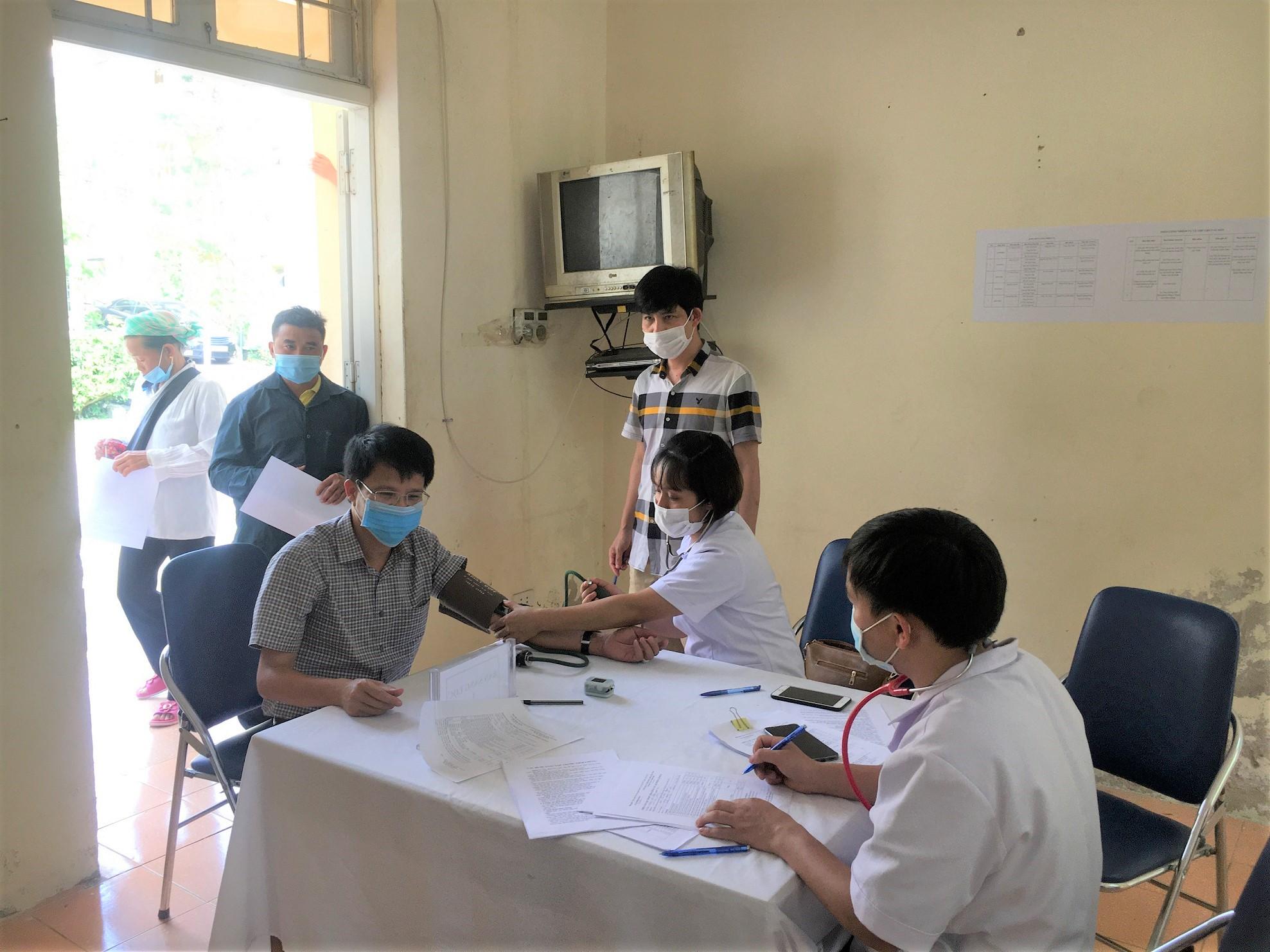 Ông Hoàng Văn Khoa, Phó Chủ tịch UBND, Phó trưởng Ban Chỉ đạo phòng chống Covid-19 huyện Bắc Hà đang khám sức khỏe trước khi tiêm vắc xin